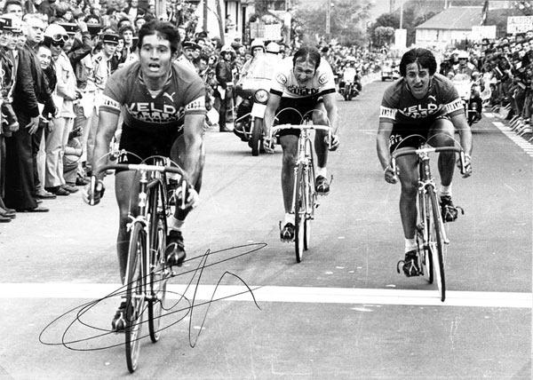 Marcel Tinazzi franchit en vainqueur la ligne d'arrivée du championnat de France 1977